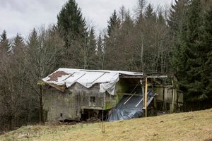 Das Austragshaus am Schedlberg in Arnbruck war 1963 verlassen worden. In den 40 Jahren war das Blockhaus mit Granitsockel verfallen