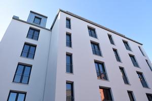 Ein rhythmischer Wechsel von<br />hochformatigen Fensteröffnungen<br />belebt die Fassaden der Neubauten<br />