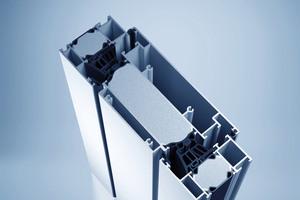 Die Lüftungsklappe heroal W 72 VF fügt sich harmonisch in die Fassade ein und sorgt für ein gesundes Raumklima.<br />