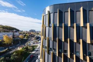 Das Sonnenschutzsystem heroal VS Z kann vollständig in die heroal C 50 Fassadensysteme integriert werden – wie hier im Gebäudekomplex AFI Vokovice in Prag.<br />