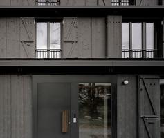 Die dunkle Farbe gibt dem Haus Tiefe und kontrastiert zu den Nachbarhäusern