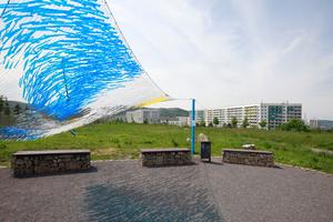 """""""Make Lärm- und Luftverschmutzung great again"""". Bauort F mit 360-Grad-Blick auf Autobahn, Wohnblöcke und ins Saaletal. Autorenpreis"""