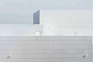 Für die Ziegelplatten wurden Formstudien angefertigt, um das Logo der Banque de France im Horizontalschnitt wiederzugeben. So entsteht ein dynamischer Effekt im Kontrast zu den ebenen Oberflächen der perforierten und glatten Metallpaneele der anderen Gebäude