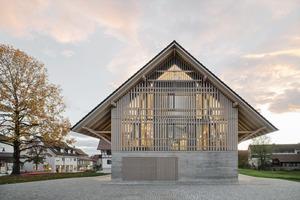 Basis für die Entwurfsidee war die baugeschichtliche Bedeutung des Stadels für den Ort. Mit wenigen architektonischen Mitteln wurde er umgebaut und saniert, ohne seine Geschichte zu verdrängen