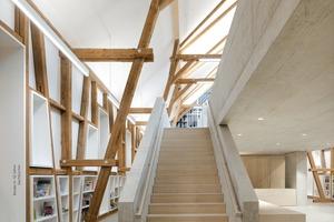 Moderne Nutzung und traditionelle Konstruktion und Gebäudegliederung ergänzen sich sinnvoll. Das eingestellte massive Galeriegeschoss trägt die Bücherei mit Medien- und Zeitschriftengalerie