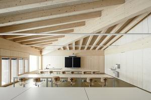 Die Scheunenanalogie war für die Architekten eher mit dem Begriff der konstruktiven Ehrlichkeit verbunden, daher bleibt die Konstruktion sichtbar, wie hier in einem der Klassenräume