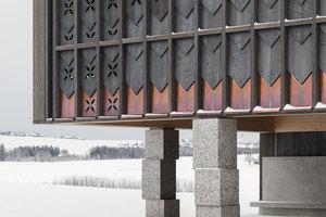 Die Fassade aus Fichtenholzschindeln der Primarschule in Orsonnens verweist auf die für diese Gegend typischen Giebelwände der Landwirtschaftsgebäude. Die gestapelten Steinquader dagegen wirken fast wie Fremdkörper