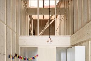 Holz ist das dominierende Material im Innern, in diesem Fall ist es Schichtholz aus Fichte