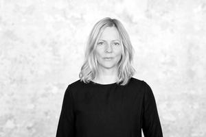 Iris Braun arbeitet seit 1999 als Journalistin und Redakteurin in Berlin. Sie schreibt regelmäßig für die Stadtmagazine tip und zitty Berlin über zeitgenössische Kunst, Architektur und Stadtentwicklung, betreut Sonderpublikationen für die Berlin Art Week und bespricht für den Deutschlandfunk Bücher zu den gleichen Themen. Sie hat in Düsseldorf Geschichte und Medienwissenschaften studiert.