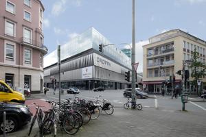 Crown, Düsseldorf: Fachmarkthandel mit Gastronomie, Parken und Drei-Sterne-Hotel