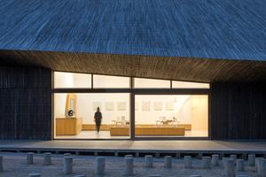 Die Öffnungen für das Tageslicht in den Fassaden resultieren aus dem Abwägen zwischen den Anforderungen an die natürliche Belichtung der Ausstellung und dem Energieverbrauch