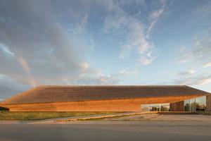 Die Reetfassaden des Wattenmeerzentrums in Ribe nehmen die horizontalen Linien der Landschaft auf. Aus dem Entwurf der Architekten haben die Handwerker mit präzisen Schnitten einen einzigartigen Baukörper aus Reet geschaffen