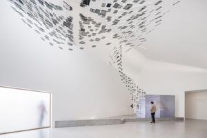 """Letzte Station in der Ausstellung ist die Installation """"The Digital Ornithology"""" von Jason Bruges Studio, bei der ein Schwarm aus 562 kleinen LCD-Bildschirmen abzuheben scheint"""