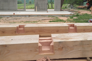 Etwa acht Wochen lang – während der gesamten Abbindung des Holzes und Aufrichtung des Rahmenbaus – zelteten die drei Zimmerer auf der Baustelle und lagerten ihr Werkzeug traditionell in einer Bauhütte neben dem Neubau