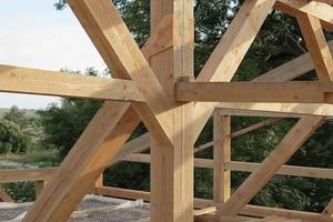 Nachdem das Holzrahmenwerk aufgerichtet worden war, wurden die Kräfte der Verbindungen durch die Kiesbefüllung der Decke auf der Seite der Wohnhalle aktiviert
