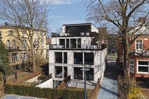 Sehr helle Verblender der Privatziegelei Hebrok wurden für die Fassade des Neubaus genutzt. Der Vollstein divum zeigt sich in einem sehr hellen, weißlichen Rot-Orange. Durch leichten<br />Fugenverrieb wird eine homogene<br />Optik erreicht