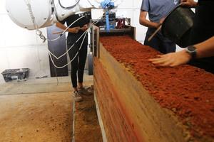 11 Händische Materialförderung mit Beigabe von rotem Pigment alle zehn Lagen