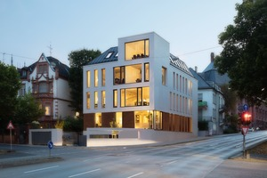 Auf einem 600 m² großen Grundstück entstand ein mehrgeschossiges Bürogebäude, das die Formensprache die benachbarten Gründerzeitvillen aufnimmt und modern interpretiert<br />
