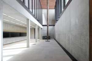 Hinten links der Zugang zum Neuen Museum, Teil der Archäologischen Promenade
