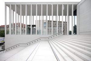 """Noch einmal die Treppe hinab, hinter der Kolonade das """"Haus Bastian"""" am Kupfergraben"""