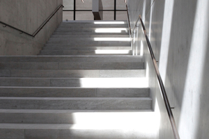 Treppe hinab ins untere Foyer