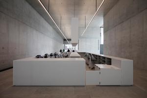 Kasse und Info am Ende des oberen Foyers