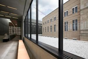 Ausblick aus dem Foyer oben auf die Fassade des Neuen Museum