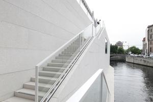 Treppenanlage auf dem Sockelbau (ein Anlegen vom Wasser aus soll möglich sein ... )