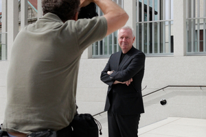 David Chipperfield auf der Treppe zum Shooting ...