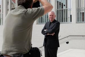 David Chipperfield auf der Treppe zum Shooting ...