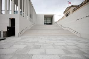 Die Haupttreppe. Führt hinauf zum Café (links in den Kolonnaden) und zum oberen Foyer. Rechts der Giebelrest des Neuen Museum