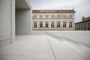 Blick nach rechts auf den wiederhergestellten Fassadenteil des Neuen Museum (der linke - hier unsichtbare - wurde von Chipperfield neu interpretiert. Damals auch nicht von allen gemocht)