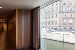 Fensterausblick zwischen Garderobe und Shop