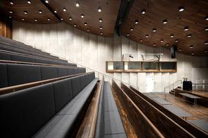 Auditorium (auf der geneigten Decke läuft die große Außentreppe)