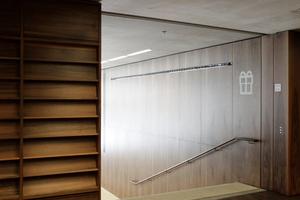 Vor dem Shopzugang geht es noch eine halbe Treppe hinab ins untere Foyer