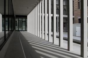 Kolonnaden im neuen Hof zwischen Galeriebau und Neues Museum. Hier ist auch der Eintritt ins untere Foyer