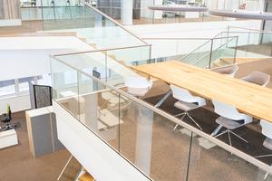 Hell und freundlich gestaltet wurden die Büro- und Sozialräume, die Rezeption, das Bistro mit Terrasse und die Sitzbereiche für Besucher