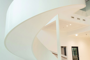Eine geschwungene, freistehende Treppe führt ins nächste Open Space Geschoss<br /><br />