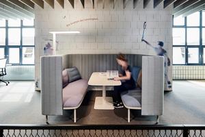 Die räumliche Flexibilität des Workspace kommt auch in den privaten Arbeitsbereichen zum Ausdruck, die zwar offen gestaltet sind, aber dennoch Rückzug ermöglichen