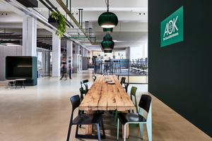 Der offen gestaltete Essbereich lädt dazu ein, sich mit den Kollegen zum Austausch zu treffen und gemeinsam an einer großen Tafel zu essen<br />