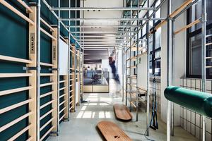 Um einseitigen Belastungen am Arbeitsplatz vorzubeugen, gehört zu dem Workspace auch ein Sportfeld. Auf diesem können die Mitarbeiter gemeinsam, aber auch jeder für sich, neue Energie tanken und sportlichen Aktivitäten nachkommen