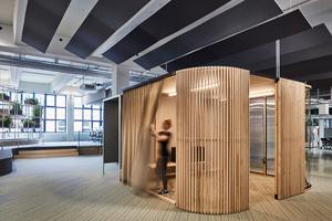 Freiraum bedeutet auch: Raum für Ruhe und Konzentration, Raum für sich zu haben. Damit sich die Mitarbeiter zurückziehen können, wurden auf der Fläche private Arbeitsplätze eingerichtet