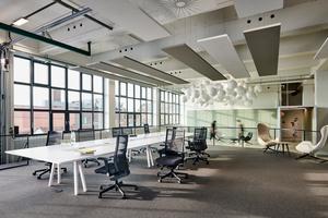 Im Konferenzbereich spendet eine großzügige Glasfassade jede Menge Licht