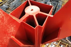 Die Fachwerkträger lagern auf durchlaufenden Stützen an den Schnittpunkten der Gebäudegeometrie