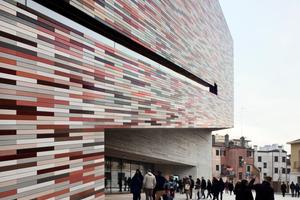 Die Fassaden des Museums und des Verwaltungsgebäudes wurden mit rechteckigen Keramikriegeln im Querformat bekleidet. Dreizehn Farbtöne, im Spektrum von Rot bis Sand, orientieren sich an den Farben des Bestands