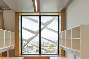 Dort, wo indirekte Helligkeit stören könnte, ist ein zusätzlicher Blendschutz vorhanden. Holzfenster, dicke Laibungen und schräge Wände lassen schöne Alkoven- und Nischen-Situationen entstehen, die die Räume wohnlich machen