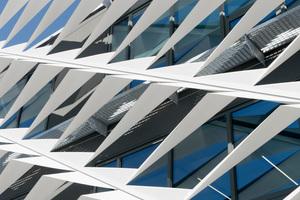 Das Wabennetz hängt etwa 80cm vor der eigentlichen Fassade, im Zwischenraum befinden sich umlaufend Reinigungsbalkone