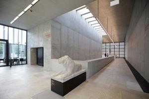 Im oberen Foyer mit Blickrichtung<br />Pergamon. Perfekter Sichtbeton füllt die antikisierende Hülle