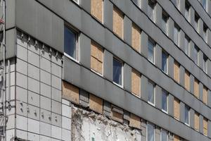 Der Abriss beginnt zwischen den vier Hochhausscheiben und auf der Fassade<br />