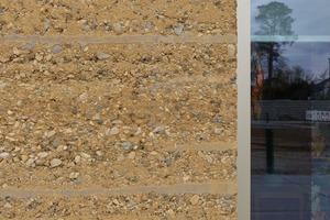 Kalkulierte Erosion: Erosionsbremsen werden konstruktiv und gestalterisch mit einkalkuliert und verhindern das Auswaschen der Fassade durch herablaufendes Regenwasser